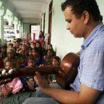नियो विज़न फाउंडेशन संस्था गरीब बच्चों को पढ़ाने के साथ साथ सिखा रही है गीत संगीत