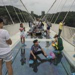 चीन में दुनिया का सबसे लंबा ग्लास ब्रिज, देख सकते हैं आर-पार