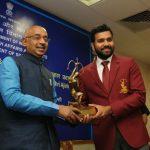 क्रिकेटर रोहित शर्मा और अजिंक्य रहाणे को अर्जुन पुरस्कार प्रदान किया