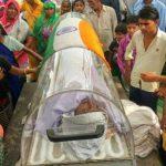 दादरी काण्ड आरोपी रवि के शव पर ग्रामीणों ने रखा तिरंगा