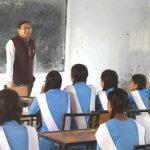 IAS अधिकारियों ने सरकारी स्कूलों में जाकर छात्र-छात्राओं से किया संवाद