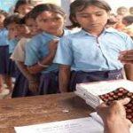 अभियान : स्कूलों में बच्चों ने खाई पेट के कीड़े मारने की दवा