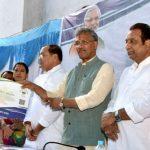 सीएम त्रिवेंद्र ने आयुष्मान भारत योजना के गोल्डन कार्ड किए वितरित