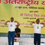 सीएम त्रिवेंद्र ने हजारों योग साधकों के साथ किया योगा