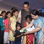 गरीब बच्चों को राज्यपाल ने स्कूल टिफिन और छाते उपहार स्वरूप किये भेंट
