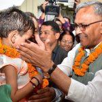 सीएम त्रिवेंद्र गोद ली बच्ची योगिता के अजबपुर कला स्थित घर पहुंचे , जानिए खबर
