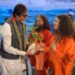 स्वामी चिदानन्द सरस्वती ने अमिताभ को भेंट किया रुद्राक्ष का पौधा