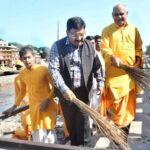गंगा की गोद से निकाले कई टन कचरा, जानिए खबर