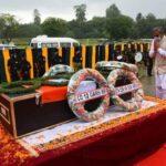 शहीद जवान सुरेन्द्र सिंह नेगी के पार्थिव शरीर पर पुष्पचक्र अर्पित कर सीएम त्रिवेंद्र ने दी श्रद्धांजलि