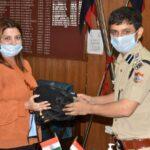उपमा ने डीआईजी अरुण मोहन जोशी को मास्क और फ़ेस शील्ड किये भेंट