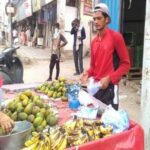 युवा एथलीट ठेले पर फल बेचने को मजबूर
