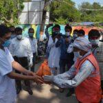 पतंजलि ने नगर निगम के 1000 सफाई कर्मियों को बांटे सैनिटाइजर साबुन व खाद्य सामग्री