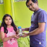 10 वर्षीय आन्या ने अपने गुल्लक के पैसे देकर मजदूर का किया मदद
